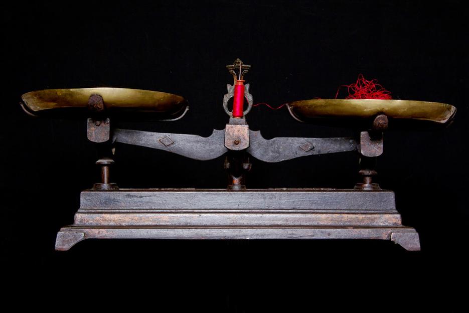 balance vintage sur fond noir et fil rouge
