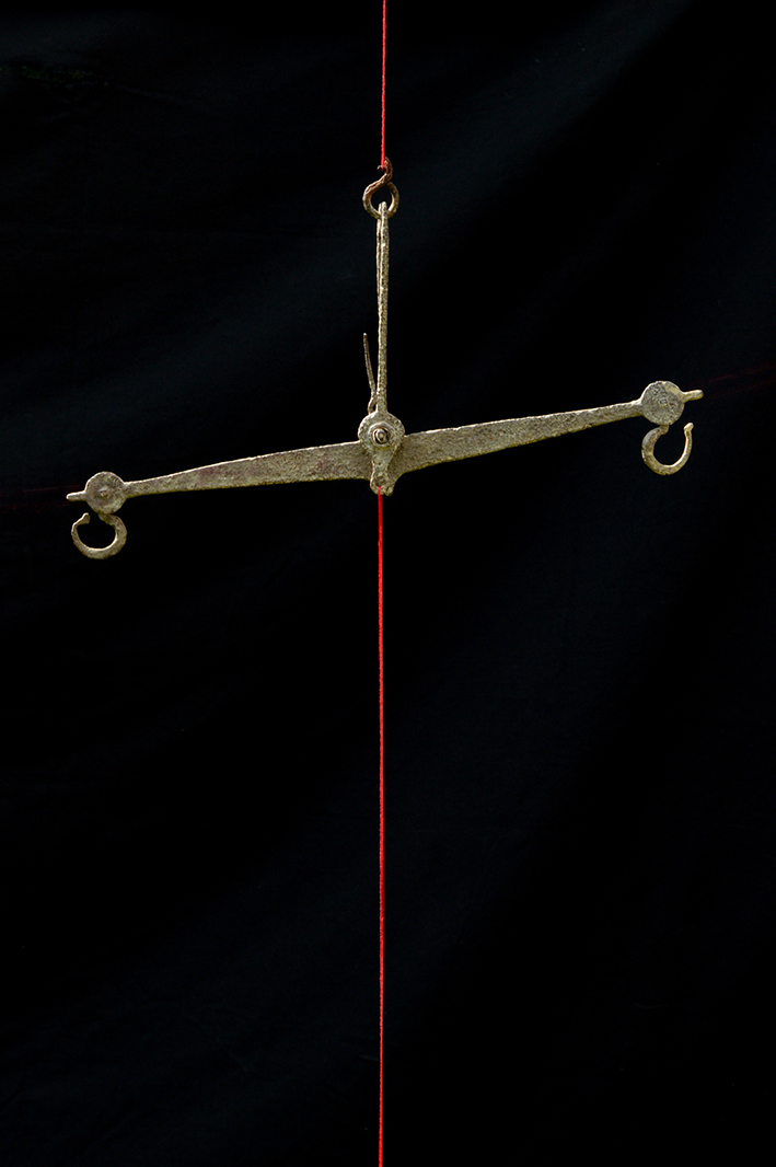 Photographie d'une vieille balance et fil rouge