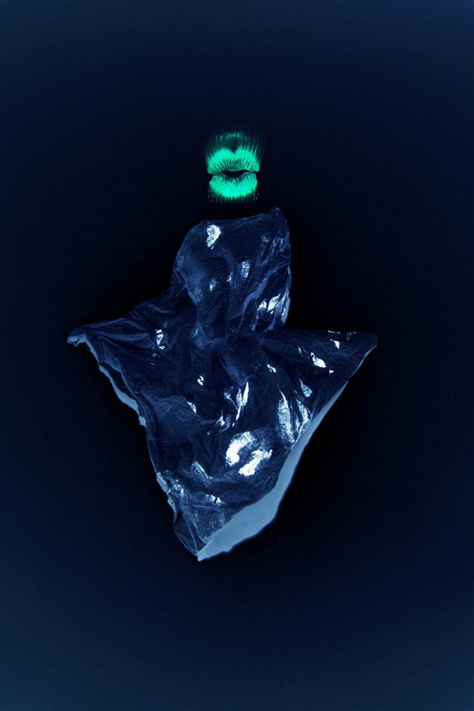 Photographie plastique d'un mouchoir embrassé et lumière noire