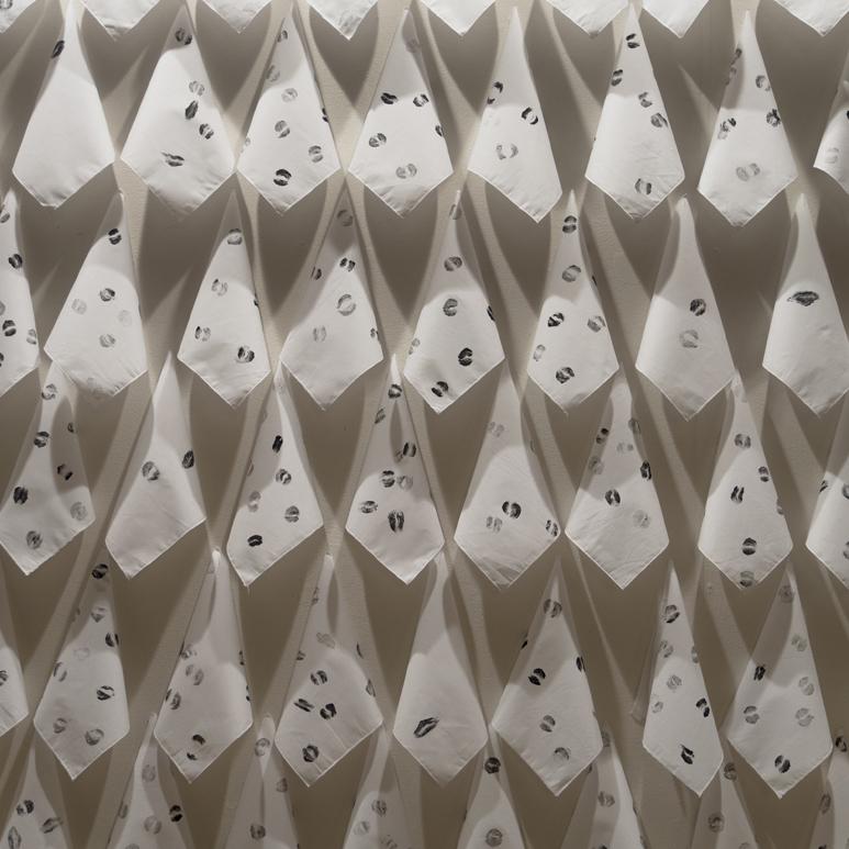Installation mouchoirs à chagrins embrassés et matière noire