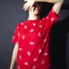 T-shirt blanc aux baisers rouges en coton. Taille 2-3 ans. (seconde main)